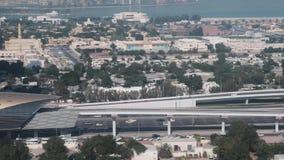 繁忙的高速公路和地铁线的概略的看法在迪拜,阿拉伯联合酋长国的  股票视频