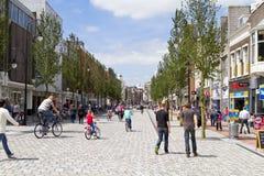 繁忙的购物街道在Dordrecht 免版税库存图片