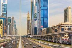 繁忙的Shaek扎耶德路、地铁铁路和现代摩天大楼在豪华迪拜市,阿联酋 免版税库存照片