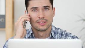 繁忙谈话在电话,讨论严重的问题在工作 免版税库存图片