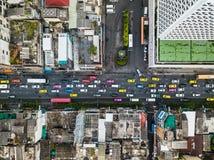 繁忙运输果酱的顶视图空中射击在市中心 免版税库存图片