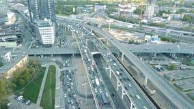繁忙运输果酱空中射击在汽车路跨线桥的在晚上高峰时间内 免版税库存图片