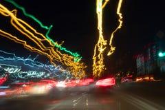 繁忙运输被弄脏的Defocused光在一湿多雨的 在行动迷离的红灯 库存照片