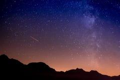 繁星之夜和银河在山 库存照片