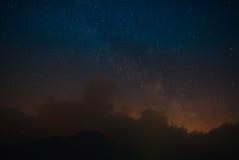 繁星之夜和银河在山 免版税库存照片