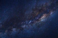 繁星之夜天空、银河星系与星和空间拂去灰尘  库存照片