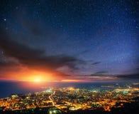 繁星之夜天空的意想不到的看法在城市上的 图库摄影