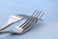 纠缠的两把叉子 免版税库存照片