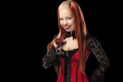 红发哥特式女孩画象有玻璃的 库存图片