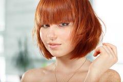 红发夏天青少年的女孩美丽的雀斑 库存图片