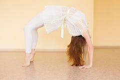 年轻红发女子实践的瑜伽 免版税库存图片