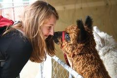 红发女孩和羊魄 免版税图库摄影