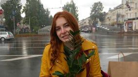 红发女孩在有植物的公园 股票录像