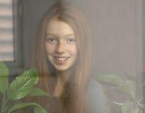 红发女孩微笑着 免版税库存图片