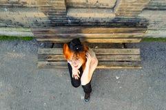 红发女孩有薄纱面具帽子俯视图 免版税库存照片