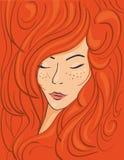 红发女孩的美丽的面孔厚实的波浪发的 免版税库存图片