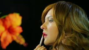 红发女演员在化装室做红色光泽在阶段准备去的嘴唇构成 股票视频