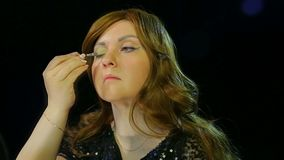 红发女演员在化装室在阶段做准备的眼珠去 股票录像