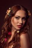 红发妇女时尚画象  作为颜色设计要素花卉滚动vectorized愿望您 库存照片