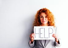 红发妇女画象在委员会帮助下 免版税库存图片