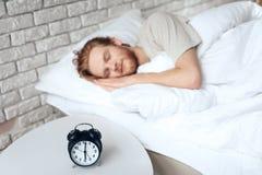 红发年轻人在卧室睡觉 免版税库存图片