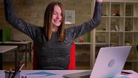 红发年轻女实业家繁荣并且转向照相机与幸运微笑在办公室 影视素材