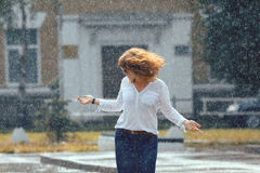 红发愉快的妇女在雨中 图库摄影