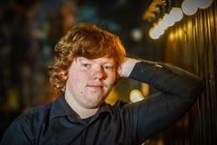红发有雀斑的严肃的十几岁的男孩画象  库存图片