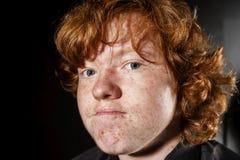 红发有雀斑的男孩,童年概念感情画象  免版税库存图片