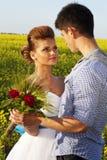 红发深色的新娘和新郎 库存照片