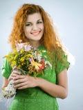 红发花束的女孩 免版税图库摄影