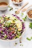 红叶卷心菜、圆白菜、杏仁、苹果计算机和发芽的种子夏天沙拉用姜黄调味汁 库存图片