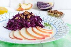 红叶卷心菜、苹果和核桃清淡的饮食素食主义者沙拉  四旬斋盘 库存图片