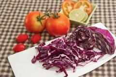 红叶卷心菜切片用红色蕃茄 免版税库存图片