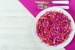 红叶卷心菜沙拉用在白色盘的红萝卜 库存图片