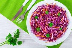 红叶卷心菜沙拉用红萝卜和荷兰芹在白色盘 图库摄影
