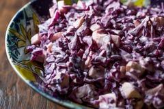 红叶卷心菜沙拉用酸奶、蛋黄酱和苹果计算机 库存照片