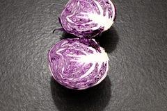 红叶卷心菜球用在一黑gran的所有叶子切成了两半 图库摄影