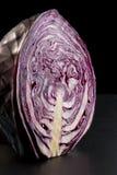红叶卷心菜题头的一半  免版税库存图片