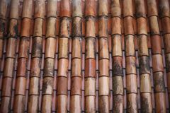 红土古板的铺磁砖的屋顶  图库摄影