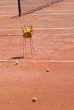 红土网球场网球 免版税库存照片