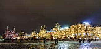 红场、胶和历史博物馆在圣诞节和新年在晚冬晚上 图库摄影