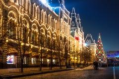 红场和莫斯科国务院商店(胶)在晚上。 免版税库存图片