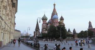 红场在市的天的晚上莫斯科在圣蓬蒿s大教堂区域  股票视频