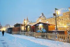 红场在暴风雪的莫斯科 圣诞节装饰装饰新家庭想法 库存照片