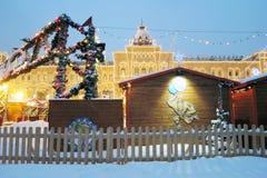红场在暴风雪的莫斯科 它装饰了圣诞节和新年 库存图片