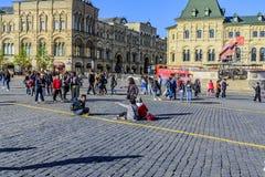 红场的人们天在胜利天以后游行 莫斯科俄国 免版税库存图片