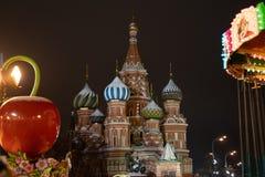红场的在冬天欢乐季节期间,莫斯科,俄罗斯柏拉仁诺教堂 免版税库存图片