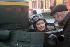 红场的Reenactor妇女在莫斯科 免版税库存照片