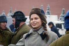 红场的Reenactor妇女在莫斯科 免版税库存图片